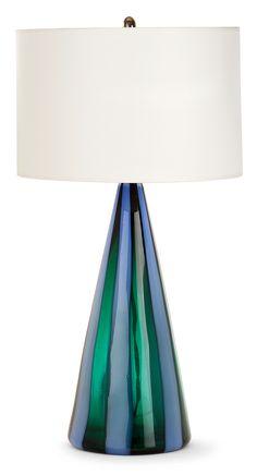 """FULVIO BIANCONI (1915-1996) & VENINI Importante lampe à poser, """"A fasce verticale"""", circa 1951-1955, en verre, à décor de larges bandes verticales vertes alternées de bleues, hampe supérieure en laiton couronnée d'un bouton floral stylisé, accueillant un important abat-jour tambour blanc, postérieur. Signature sablée """"Venini Murano Italia"""". Haut. 75 cm"""