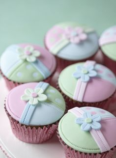 Patchwork cupcakes (Cake Decorating magazine). Nice.