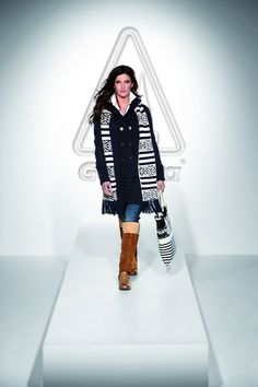 New fall knits! Our model is wearing a great navy knit coat for the transitional period. On top she combines a lovely scarf and a Norwegian patterned Gaastra bag that give the outfit a certain je ne sais quoi. Lined, brown leather Gaastra boots complete the look.