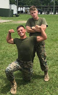 Hot Army Men, Sexy Military Men, Teen Boy Fashion, Hot Cops, Men In Uniform, Army & Navy, Pose, Muscle Men, Cute Guys
