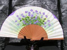 Pais de algodón teñido y pintado a mano. Madera de peral pulido. Paper Crafts Origami, Vintage Accessories, Textiles, Diy And Crafts, Hand Fans, Japanese, Fantasy, Cool Stuff, Painting
