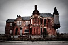We all know that Detroit is known for auto makers, and industry shapers. When Detroit was in its prime many wealthy business owners and high ranking employees of those business's carved homes…