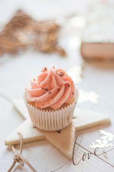 Champagne Cupcakes with Strawberry Mascarpone Frosting Baking Cupcakes, Yummy Cupcakes, Cupcake Cookies, Cupcake Flavors, Cupcake Recipes, Cake Pops, Fun Desserts, Delicious Desserts, Yummy Treats
