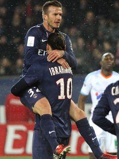 David Beckham springt seiner neuen Liebe Zlatan Ibrahimovic in die Arme. Paris Saint-Germain besiegte mit seinen beiden Superstars Olympique Marseille mit 2:0. Beckham wurde bei seinem ersten Einsatz für PSG in der 76. Minute für den Argentinier Javier Pastore eingewechselt. (Foto: Yoan Valat/dpa)