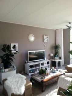 1000 images about woonkamer on pinterest orange walls taupe and flamingo art - Kleur grijze taupe ...
