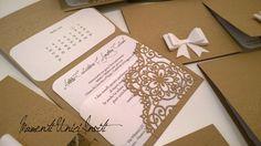 Partecipazione invito con angoliera intagliata e fiocco bombato 3d  - shabby chic wedding invitation - lace and 3d bow Shabby Chic, Office Supplies, Container, Kleding, Shabby Chic Decorating