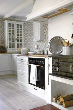 Like the old stove in the modern kitchen. Swedish house in Gotland Swedish Kitchen, Country Kitchen, New Kitchen, Kitchen Decor, Cozy Kitchen, Awesome Kitchen, Sweden House, Cuisines Design, Scandinavian Home