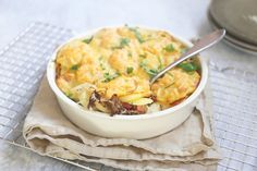 Zuurkool-ovenschotel met spekjes en gehakt - Lekker en Simpel Carne Picada, English Food, Quick Easy Meals, Potato Salad, Mashed Potatoes, Macaroni And Cheese, Bacon, Food And Drink, Ethnic Recipes