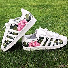 These are the latest hand-painted, durable, and exclusive custom Adidas Superstars - The 'Floral Camo' made by footwear artist… Zapatillas Super Star, Zapatillas Casual, Adidas Shoes Women, Nike Shoes, Shoes Sneakers, Vans Women, Roshe Shoes, Yeezy Shoes, Nike Roshe