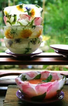 DIY Beautiful floral ice bowls for chilled soups. Directions for bowls and a recipe for Gazpacho Soup Stage Patisserie, Food Design, Tapas, Fruit Soup, Fruit Salad, Ice Bowl, Chilled Soup, Flower Food, Snacks