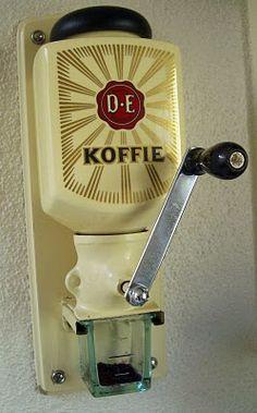 Douwe Egbertskoffiemolen 1937 - Zassenhaus koffiemolen   De populariteit van de DE-koffiemolens, de Zassenhaus is enorm. De molen verdween in 1968 uit het assortiment van Douwe Egberts. Desondanks gaan nog steeds veel Zassenhaus koffiemolens over de toonbank, hoewel Nederland al in de jaren zestig massaal overstapte op gemalen, vacuüm verpakte koffie.