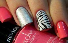 Diseños uñas de cebra, diseño de uñas cebra blanco y negro.   #uñasbonitas #nailart #uñasconbrillos