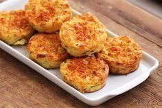 Puffs de batata-doce - Prepare em casa a receita desses leves e deliciosos bolinhos feitos com batata-doce. A receita é muito fácil! Eles são perfeitos para a hora do lanche, para um jantar levinho e também para levar na sua marmita.