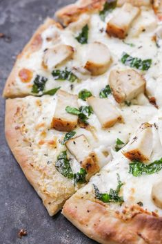 This Delicious Chicken Alfredo Pizza is made with a homemade pizza crust homemade white sauce and is topped with chicken and spinach. It's a great alternative to red sauce pizzas is cheesy and has that delicious Alfredo taste. by kristynm Read White Chicken Pizza, White Pizza Sauce, Chicken Alfredo Pizza, Spinach Alfredo, Keto Pizza Sauce, Baked Chicken, Pizza Legal, Pizza Pizza, Seafood Pizza