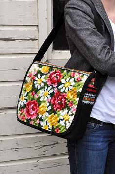 flowerbag by dutch-colours, via Flickr Cross Stitch Rose, Cross Stitch Embroidery, Folklore Mode, Different Stitches, Flower Bag, Beaded Purses, Best Bags, Fabric Bags, Luxury Bags