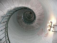 360 marches de l'escalier en fer forgé du phare d'Eckmühl en Bretagne… !