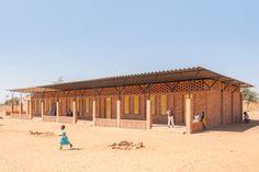 Leçon d'architecture traditionnelle à travers la remarquable nouvelle école de Gangouroubouro (Mali).