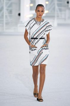 Chanel Spring 2021 Ready-to-Wear Collection - Vogue Vogue Paris, Best Of Fashion Week, Recycled Dress, Chanel Spring, Daytime Dresses, Models, Casual Elegance, Mannequins, Chic Outfits