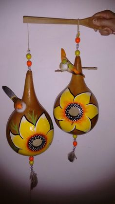 Porongos Paper Mache Crafts For Kids, Diy And Crafts, Arts And Crafts, Decorative Gourds, Hand Painted Gourds, Gourds Birdhouse, Bird Houses Diy, Pumpkin Art, Christmas Ornaments To Make