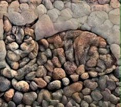 Stone art ( this artist obviously WASN'T STONED when created this artwork with feeling ( well with more feline with feeling technically ) 😽 Art Rupestre, Art Pierre, Land Art, Pebble Art, Pebble Mosaic, Stone Mosaic, Rock Mosaic, Mosaic Rocks, Stone Art
