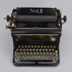 Schreibmaschine Ideal B, Seidel & Naumann/Dresden; Höhe 23 cm, Breite 38 cm, Tiefe 33 cm — Varia