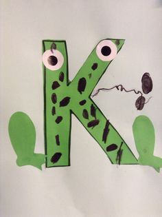 De letter k van kikker, voorbereidend lezen, knipmotoriek en verwerking in het platte vlak.
