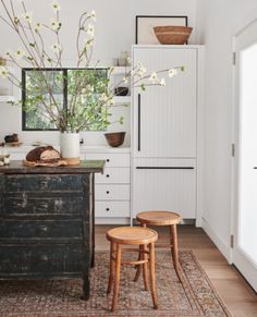Farmhouse Kitchen Decor Ideas: Great Home Improvement Tips You Should Know! You need to have some knowledge of what to look for and expect from a home improvement job. Kitchen Cabinet Door Styles, Kitchen Cabinets Decor, Cabinet Decor, Kitchen Furniture, Diy Furniture, Furniture Design, Home Design, Farmhouse Kitchen Island, Rustic Kitchen