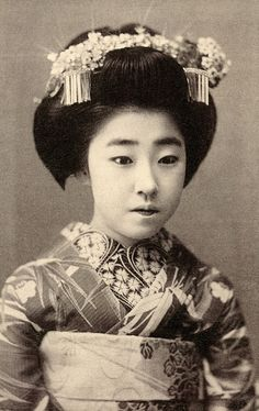 Osaka Maiko Yachiyo II, 1915 Myōseki (inherited names) are often used when naming a new Maiko (Apprentice Geisha) as a mark of respect for a former Geiko (Geisha) and as a means of carrying the cachet. Old Photography, Photography Illustration, Vintage Photographs, Vintage Photos, Vintage Stuff, Vintage Japanese, Japanese Art, Old Pictures, Old Photos