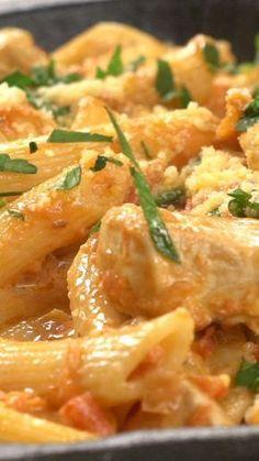 Receta con instrucciones en video: Dale un toque especial a esa pasta de todos los días Ingredientes: 500 gr. de pasta seca, 1 cebolla picada, 2 dientes de ajo picado, 300 gr. de pollo en cubos, 2 cdas. de mantequilla, 2 cdas. de oliva, 1/4 taza vino blanco, 1 tubo de salsa tomate triturado, 1 taza de crema/nata, perejil, albahaca, sal y pimienta., Queso rallado