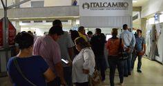 Génesis García llegó ilusionada a una de las casas de cambio fronterizas donde el gobierno venezolano ofertará pesos colombianos. Los necesitaba para compr
