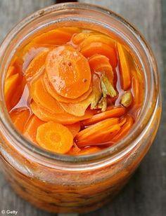 Pickle de carottes au gingembre INGRÉDIENTS: (1 petit bocal) 2 carottes moyennes   1 morceau de gingembre frais de 40 g finement émincé 12 cl de vinaigre de vin blanc 1 et 1/2 c. à café de sel 1 et 1/2 c. à café de sucre PRÉPARATION: Pelez les carottes et coupez-les en fins rubans à l'aide d'un épluche-légumes. Mettez-les dans un bol qui résiste à la chaleur et placez une passoire fine par-dessus. Mélangez le gingembre, le vinaigre, le sel et le sucre avec 24 cl d'eau dans une casserole…