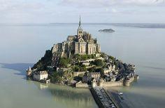Mont-Saint-Michel, situado entre Bretaña y Normandía, representa uno de los enclaves más visitados y conocidos de toda Francia.
