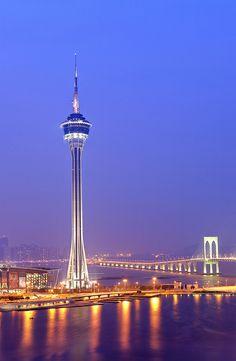 Macau, China at night マカオタワーの回転レストラン(約70分)の夜景はファンタスティックな大人の空間です。食事はふつうのバイキング。