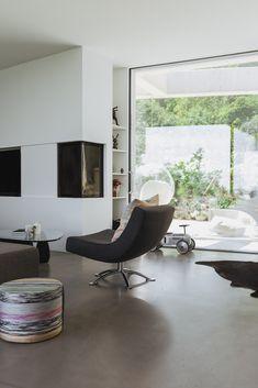 zu Besuch bei Katerina - ein modernes Hanghaus aus Sichtbeton Architectural Digest, Eames, Chairs, Lounge, Furniture, Home Decor, Cool Kids Rooms, Light And Shadow, House Design