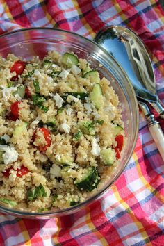 Greek Quinoa Salad with Tomatoes, Cucumbers, and Feta is the perfect side dish for any potluck or picnic. This salad is made in 20 minutes and can be served hot, cold, or at room temperature. Quinoa Salat Feta, Greek Quinoa Salad, Cucumber Quinoa Salad, Cold Quinoa Salad, Mediterranean Quinoa Salad, Easy Salads, Summer Salads, Vegetarian Recipes, Cooking Recipes