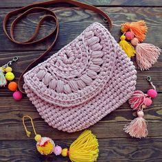Isn't it a perfect summer bag? . Идеальная летняя сумочка . .  #knitting #crochet #handmade #craft #tyarn #inspiration #knitspiration #trapillo #трикотажнаяпряжа #bohochic #onetwoknot #crossbodybag #crochetbags