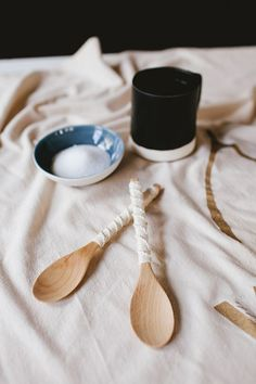 Give your spoons and serveware a quick update with natural twine learn how this simple macramé technique! Makes a great gift too. Homemade Gifts, Diy Gifts, Trendy Home Decor, Do It Yourself Crafts, Diy Interior, Interior Design, Diy Craft Projects, Kids Crafts, Sewing Projects