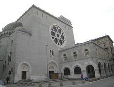 La Sinagoga di Trieste è un imponente edificio progettato dagli architetti Berlam, inaugurato nel 1912 quando Trieste era il grande porto dell'impero Austro-Ungarico e la comunità ebraica era molto importante sia culturalmente che economicamente.