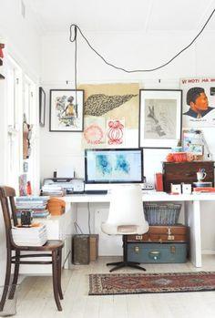 Bureau avec cadres photos, illustrations, sérigraphies accrochés sur tout le mur, bureau d'artiste http://www.unregardcertain.fr/30-idees-et-inspirations-de-decoration-pour-la-piece-du-bureau/2031
