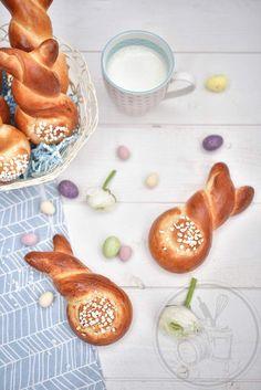 Je connaissais les brioches en forme de lapin comme ici, là ou encore ici. Mais lorsque je suis tombée sur ceux là, j'ai trouvé l'idée trop mignonne et toute simple. J'ai choisi ma recette de pain au lait car la pâte se travaille très facilement. La forme...