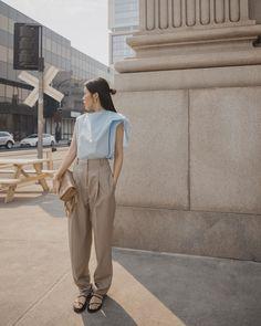 Dù có ưu điểm thoáng khí và mát mẻ nhưng quần kaki có thể khiến bạn trông luộm thuộm nếu không lựa chọn cách phối đồ phù hợp. #style #mixmatch #ootd #ellefashion Elle Fashion, Normcore, Style, Swag, Stylus, Outfits