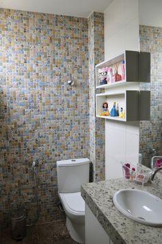 O que me chamou a atenção: trocar o espelho do banheiro social e incluir nichos para os perfumes - sei que o projeto não inclui os banheiros mas deixo a idéia para o futuro aqui :)