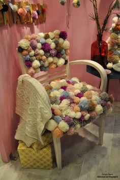 Chaise décorée avec des pompons de laine au @SalonCSF avec @MC_Idees #DIY #SalonCSF #decoration #tricoter