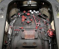 Parowóz PU 29 - wnętrze budki maszynisty. Więcej zdumiewających ujęć wraz z ciekawym szczegółowym opisem budowy na pozostałych stronach relacji.