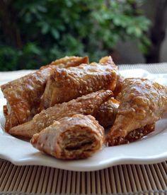 Πολύ νόστιμα νηστίσιμα πιτάκια που θα σας θυμίσουν τρίγωνα μπακλαβαδάκια με φύλλο σπιτικό και γέμιση από καρύδι. Τα έφτιαξα με το παραδοσιακό φύλλο πίτας της Ειρήνης Πρινιωτάκη κι έγιναν καταπληκτικά!