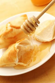 Sopapillas, which can also be spelt sopaipillas, is an authentic Mexican dessert recipe, which is so easy to make and tastes amazing. Traditional Mexican Desserts, Authentic Mexican Desserts, Mexican Dessert Recipes, Mexican Dishes, Mexican Snacks, Just Desserts, Delicious Desserts, Yummy Food, Churros
