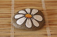 lovely simple daisy design on a pebble