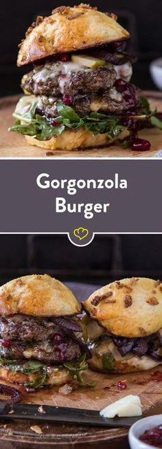 Ein saftiger Burger braucht etwas Kontrast. Mit herzhaftem Gorgonzola, süßen Preiselbeeren und sauren Gurken belegt, ist die Kombi perfekt.