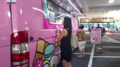 本日より3日間、アラモアナセンターのサンリオ前にて、ハローキティカフェトラックが出店しています。ハワイ初上陸!記事はこちら: http://www.poohkohawaii.com/event/hellokittytruck.html  Hello Kitty Cafe Truck is right by Sanrio Ala Moana Gotta hurry! So much good stuff!!!! #ハワイ #hawaii #ハローキティ #hellokittycafetruck