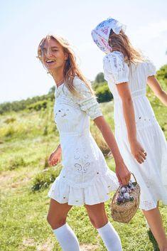 Maya Stepper y Alannah Walton para LoveShackFancy primavera 2020 - Nomadbubbles Fashion 2020, New Fashion, Fashion News, Fashion Show, Latest Fashion Trends, Trending Fashion, A Team, Lounge Wear, White Dress